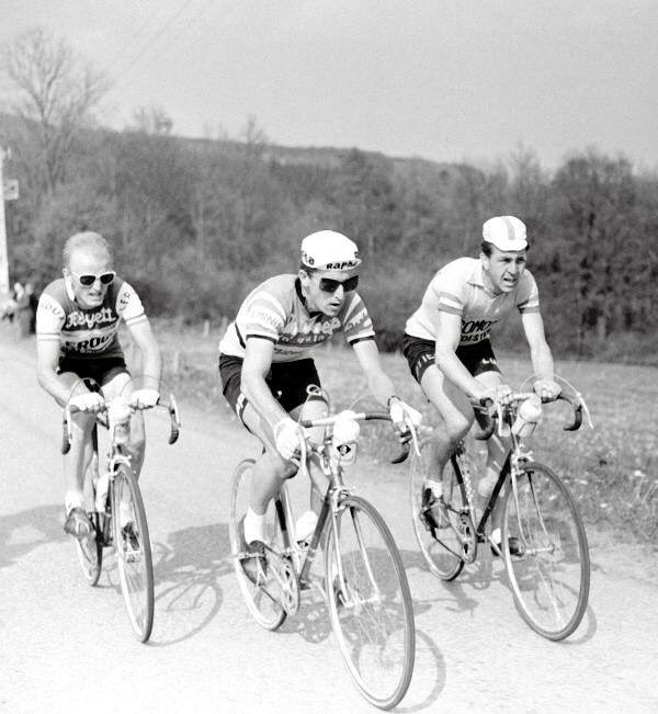 Simpson (centre) at the sharp end of Paris-Nice 1961
